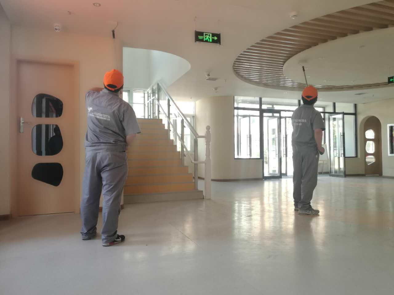 墙顶面滚筒均匀施工